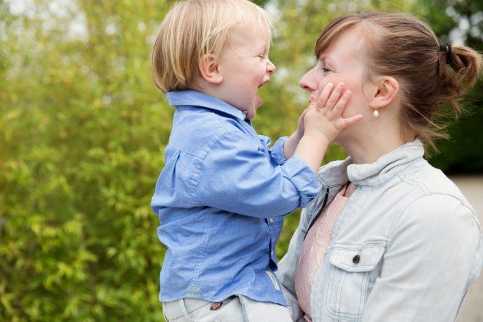 moeder en zoon lachen naar elkaar
