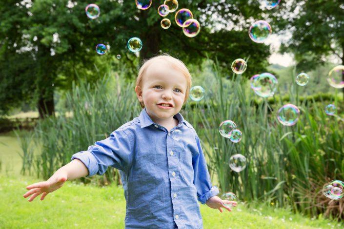 jongetje speelt met bubbels