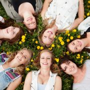 Groepsfoto meiden paardebloemen