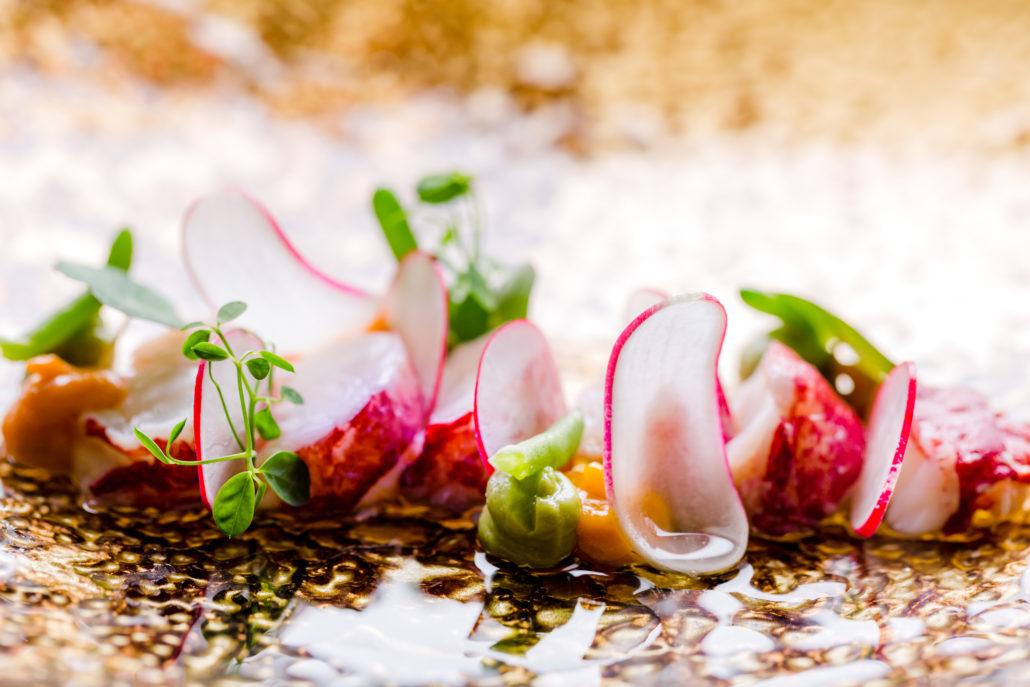 Tegenlicht foto van gerecht met kreeft en radijs van restaurant Sjalotte Tongeren