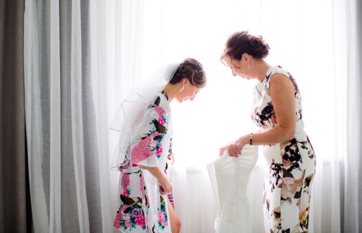 bruid trekt jurk aan