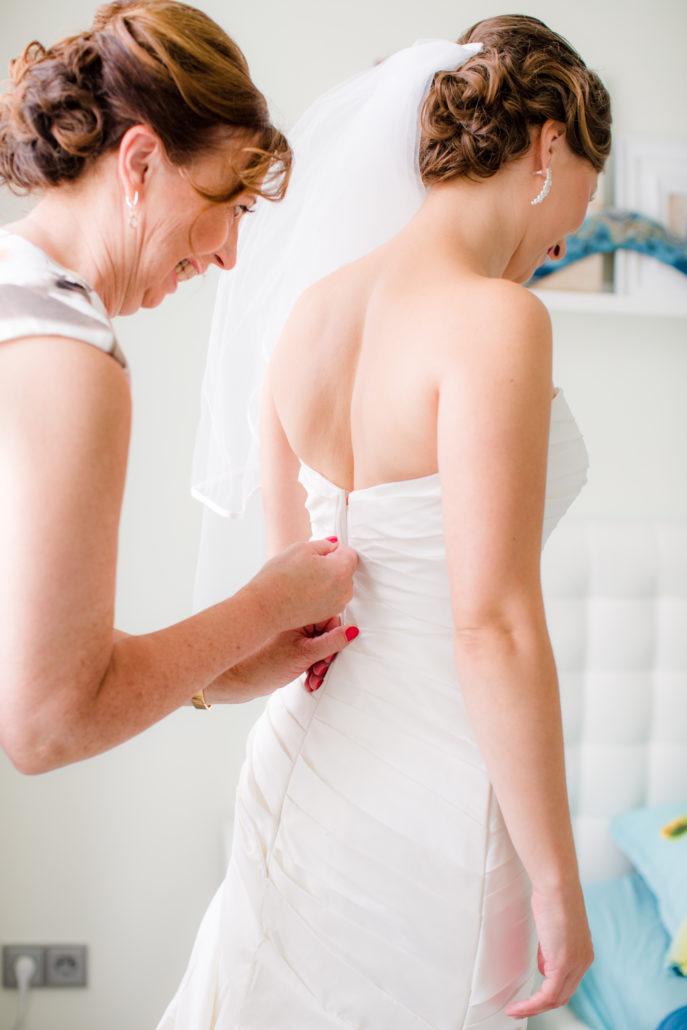 bruid wordt dicht geritst