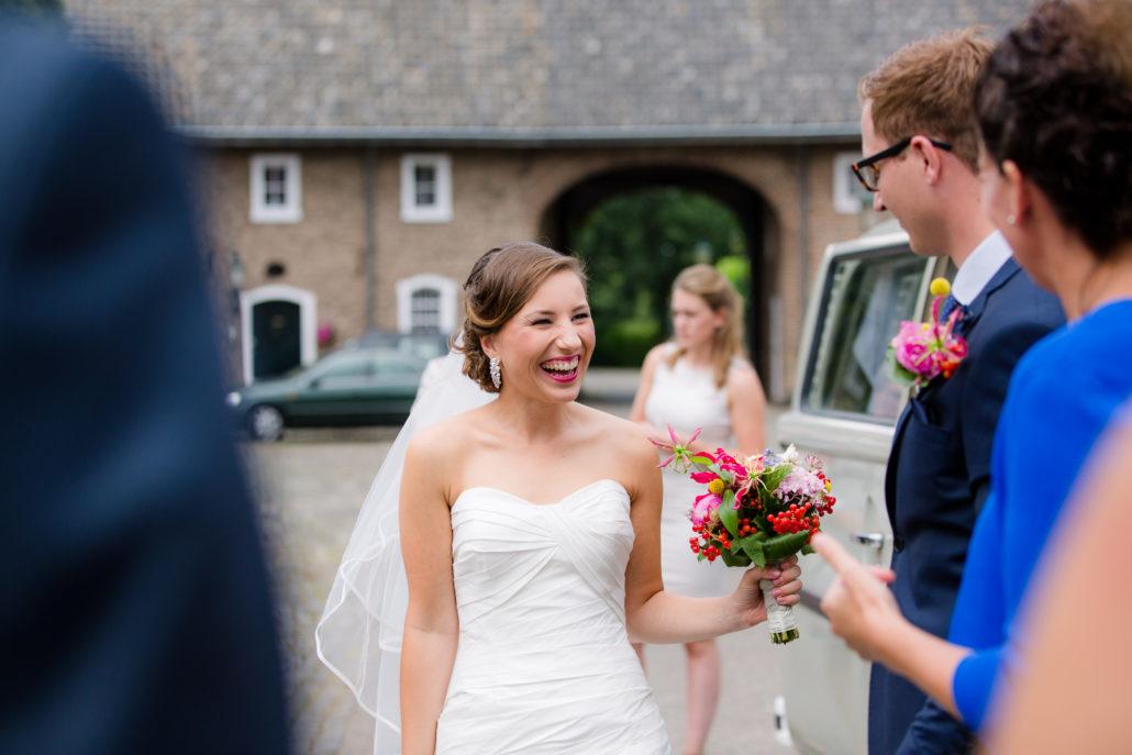 bruid krijgt boeketje