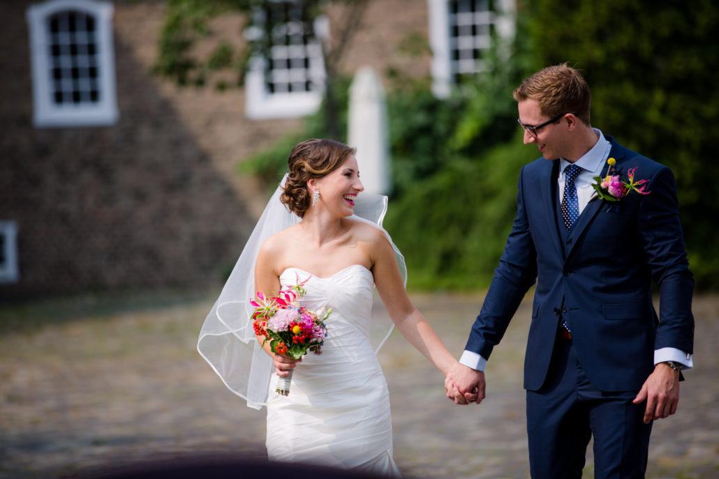 bruidspaar loopt naar het altaar