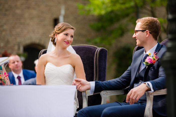bruid en bruidegom houden hand vast