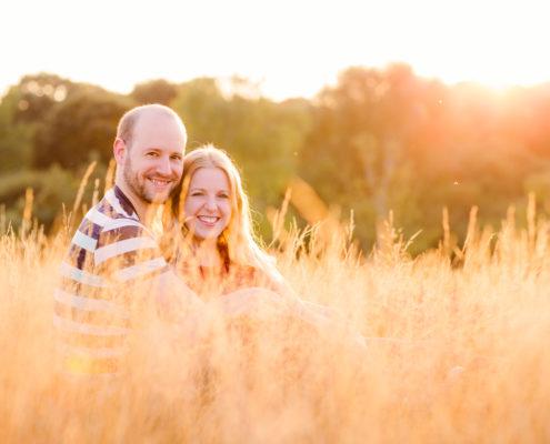 Floris en Anne bij zonsondergang in veld